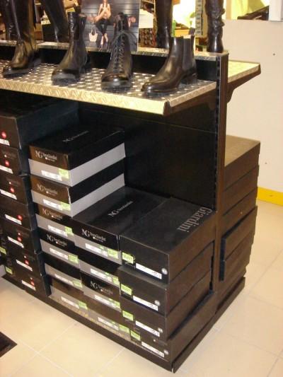 Arredamento negozio calzature linea arredo for Linea arredo